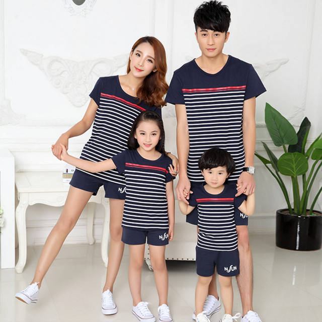 Семья взгляд соответствующие установлены одежда в полоску с коротким рукавом футболка ...