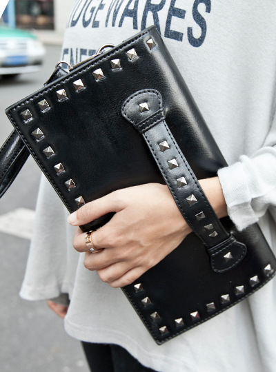 2016 female black one shoulder cross-body envelope day clutch female punk rivet fashion women's handbags(China (Mainland))