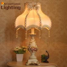 Resina europea blanco tallado de calidad superior lámpara de mesa de noche habitación de Hotel luz suave decorado satén tela Lampshade 02(China (Mainland))