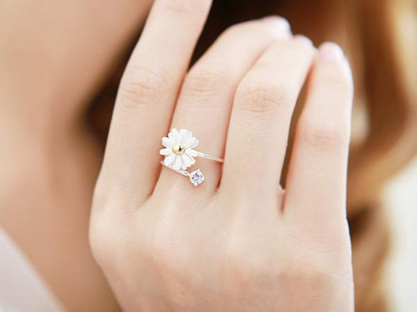 20Pcs/lot Korean Style Yellow Small Daisy Flower Ring For Women Lady Crystal Rhinestone Daisy Alloy Rings Engagement Jewelry(China (Mainland))