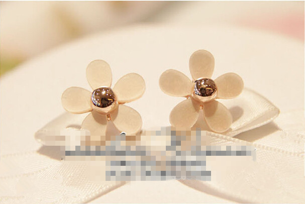 Eternal Heart Of Girl Daisy Earrings Exaggerated White Flowers Studs Earrings Temperament Jewelry Accessory Earrings(China (Mainland))