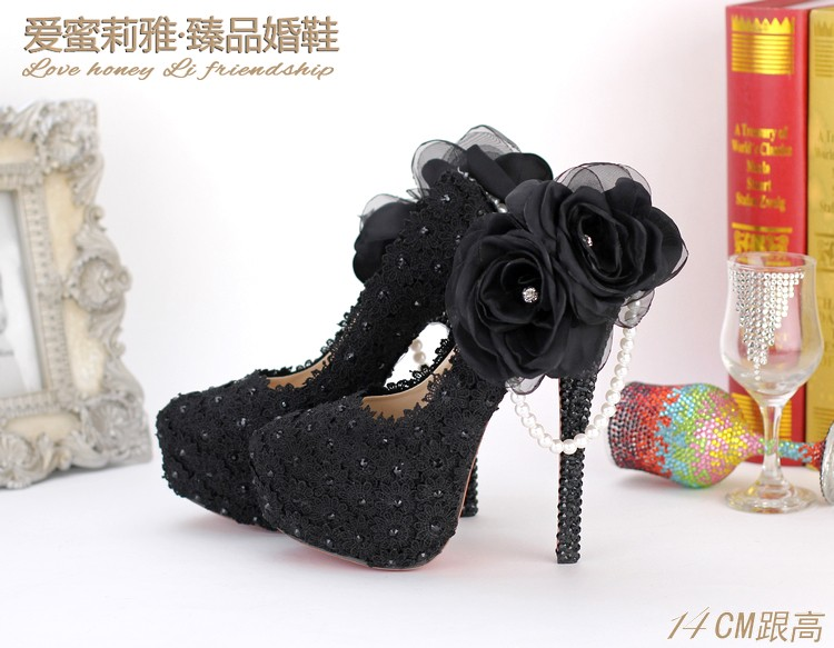 ซื้อ แต่งงานลื่นบนนิ้วเท้ารอบดอกไม้ฤดูร้อนหวานกาว