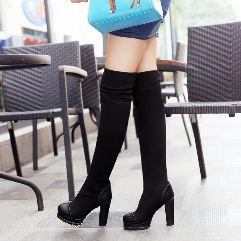 # - piernas de la mujer con botas altas de cuero negro, fondo blanco. Imágenes similares. Agregar a la mesa de luz # - mujer de sesión vistiendo ropa negra y botas con un bolso. Imágenes similares. Agregar a la mesa de luz # - Situación de la mujer que lleva ropa de color negro y botas negras.