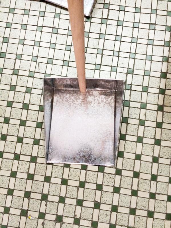 Iron wood handle shovel dustpan garbage iron Piga thick durable sweep large bucket practical(China (Mainland))