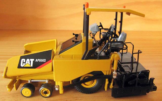 N-55260 1:50 CAT  AP600D Asphalt Paver toy