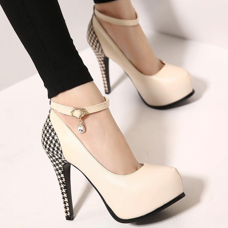 Страстная блондинка в чёрных чулках и на высоких каблуках смотреть онлайн 3 фотография