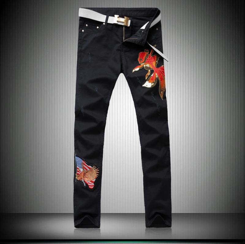 Скидки на Мужчины высокого качества Шлифования сломанной Мыть водой джинсы Тонкие брюки Ноги мужской вышивка золотая рыбка поддельные дизайнер одежды G236