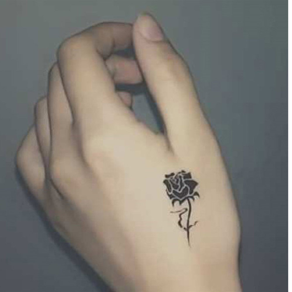 Чёрное тату на руке для девушки