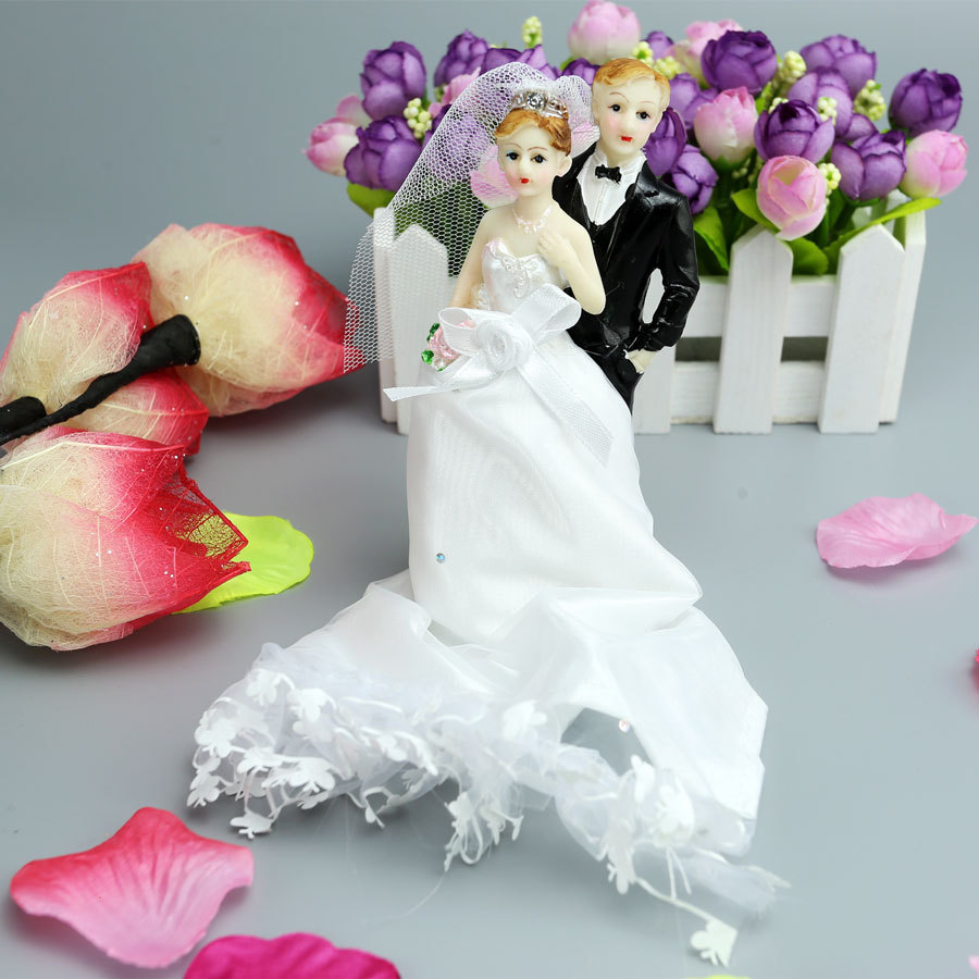 """2015 """"Female left right"""" Resin bride and groom Cake Topper wedding Party Anniversary decoration supplies cake pop stand for cake(China (Mainland))"""
