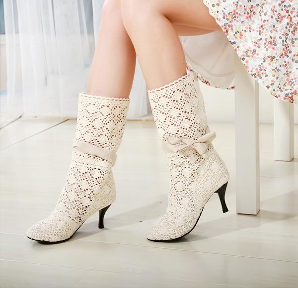 Страстная блондинка в чёрных чулках и на высоких каблуках смотреть онлайн 24 фотография