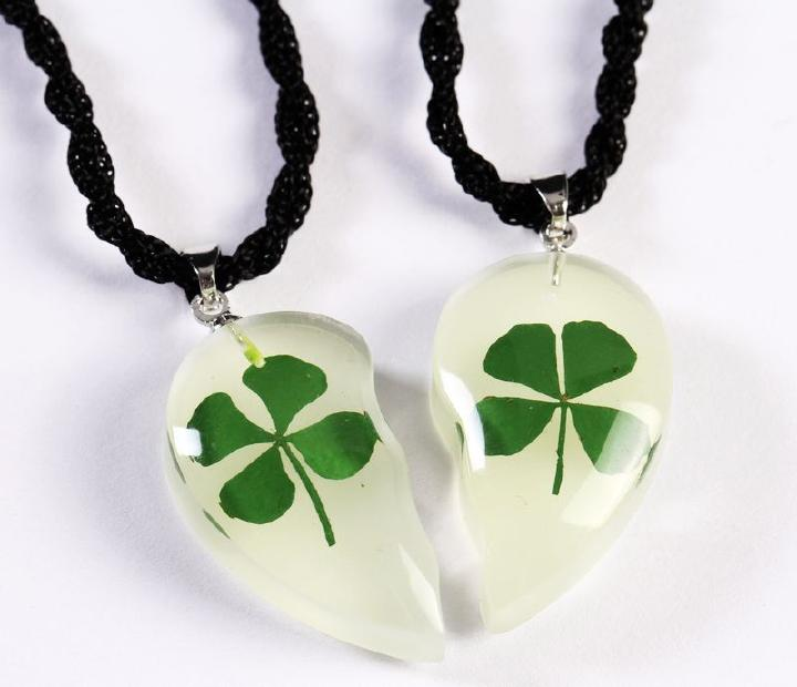 FREE SHIPPING 2 PAIR Artificial natural four leaf clover glow in the dark heart sweet pendant(China (Mainland))