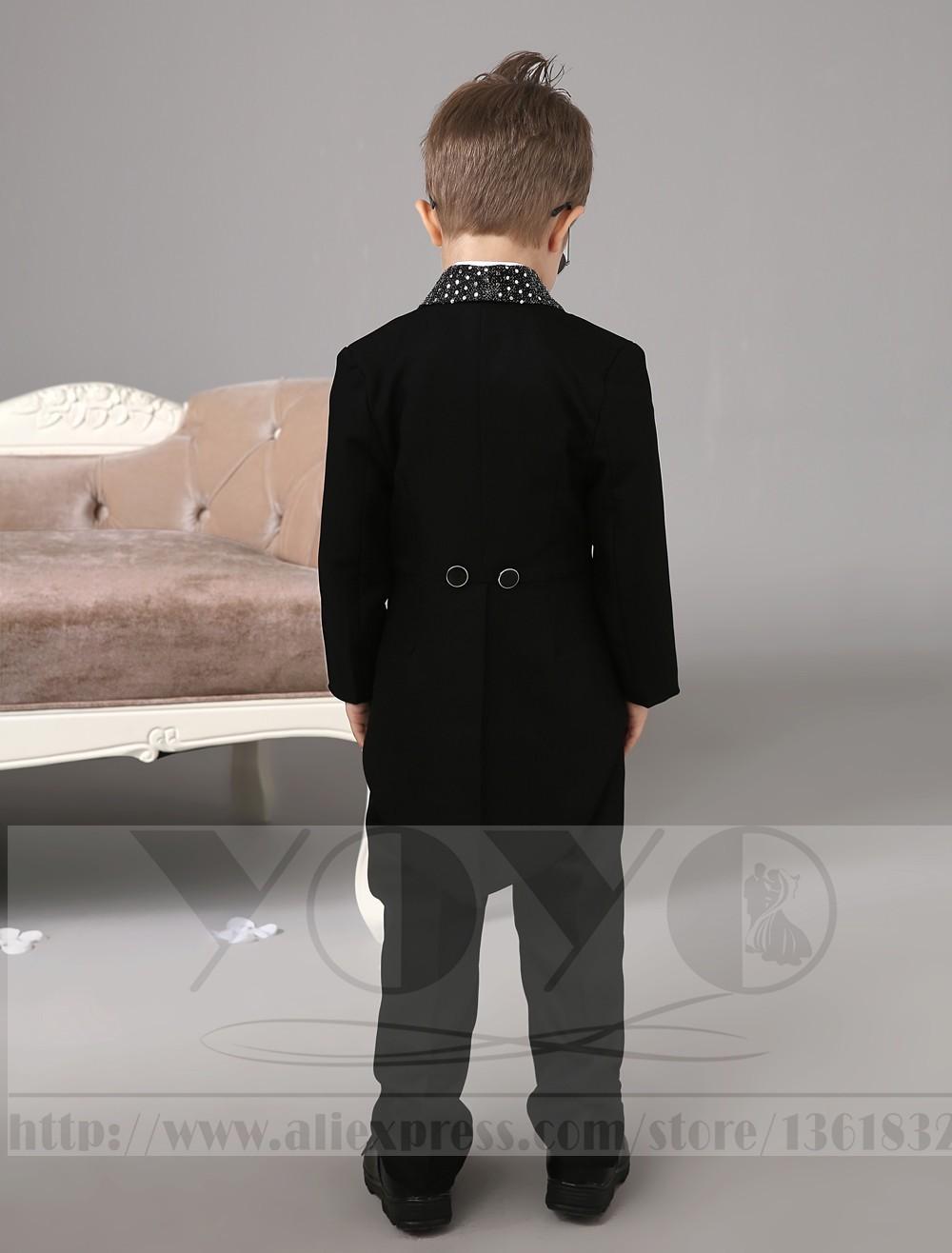 Скидки на Четыре Пьесы Роскошный формальные Черный костюмы для мальчиков дети Смокинг С Черным Галстуком-бабочкой мальчиков наряд обручальное Кольцо Предъявителя Костюмы
