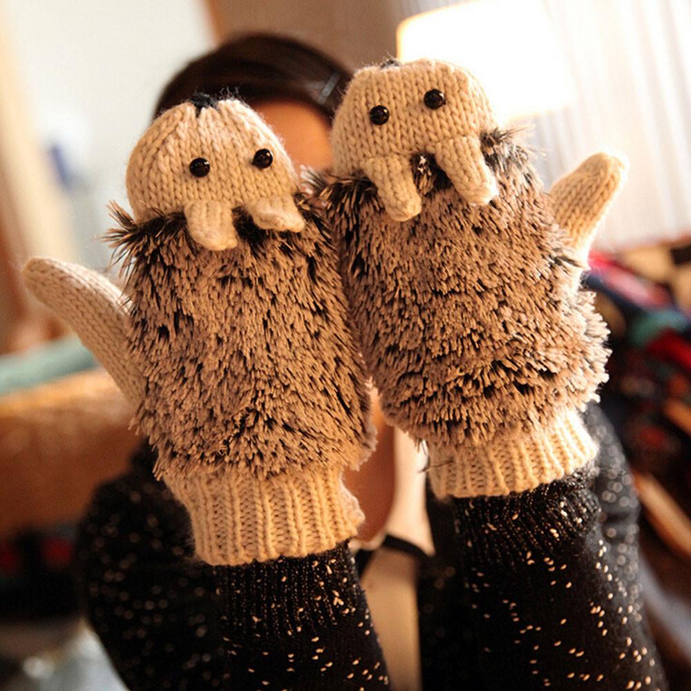 вязаный свитер с орнаментом на плечах