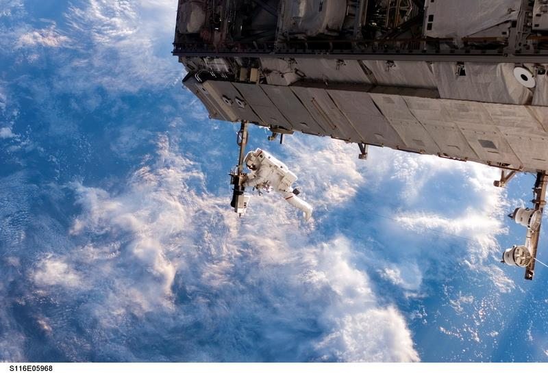 Canvas Prints Stretched Framed Fine Art Giclee Artwork For Wall Decor Astronaut Space Station Repair Clouds Building Fabrication(China (Mainland))