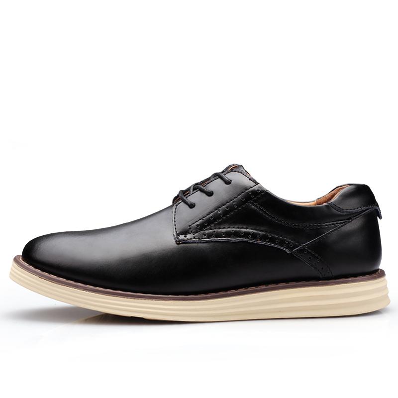 """Zapatillas hombre. Pocas sensaciones tan placenteras como la de caminar en zapatillas. La comodidad de este calzado, su variedad estilística y la versatilidad de la que hace gala para encajar en tus outfits, hacen de ellas un auténtico """"imprescindible"""" para el hombre de hoy."""