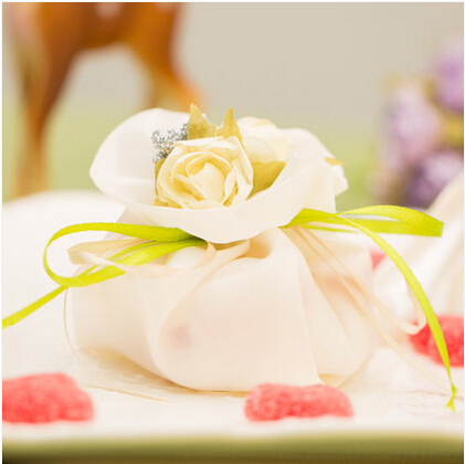 PASAYIONE Brocade Candy Gift Boxes With Fake Flowers Wedding Party Favors Chocolate Favor Bag Casamento Table Centerpiece(China (Mainland))