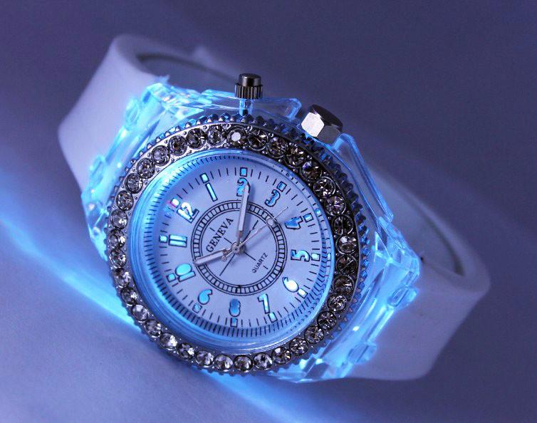 Часы спортивные силиконовые со светодиодами белые. фото