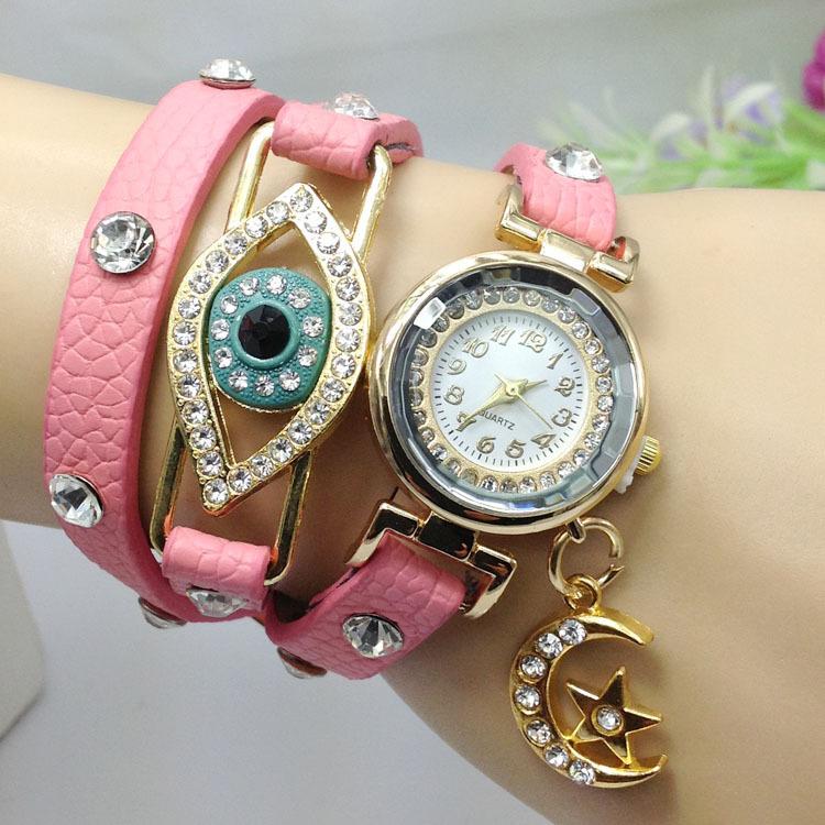 Este reloj de acero en color plata con la esfera decorada con un \u201coso\u201d a todo color es una pieza muy bonita y super de moda. Su precio es de 265 euros.