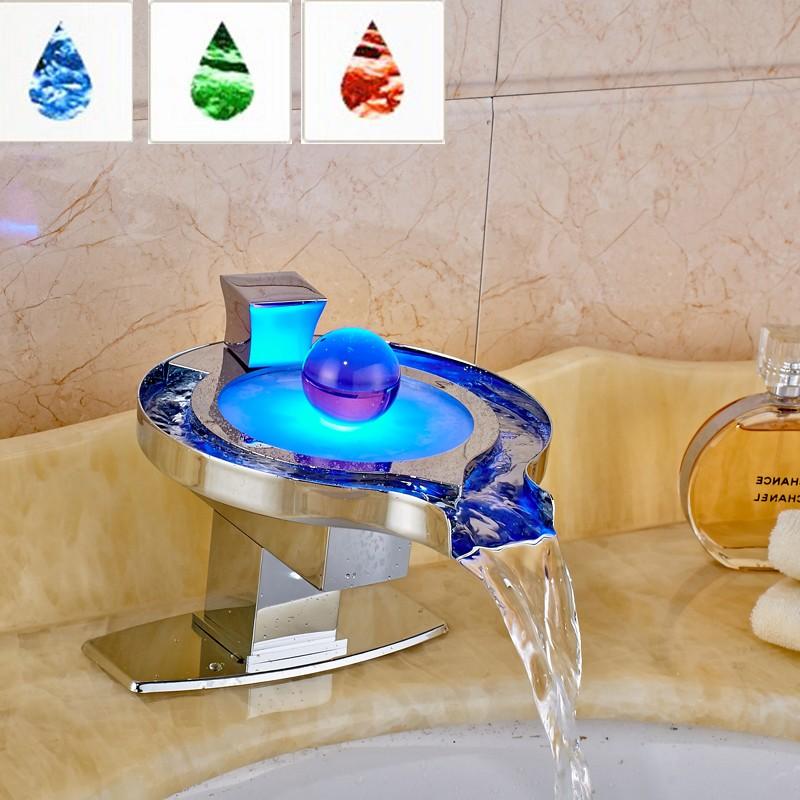 Купить Светодиодные Ванной Кран Латунь Хромированная Водопад Ванной Бассейна Смесители 3 Цветов Менять Силы Воды Бассейна светодиодные Смесители
