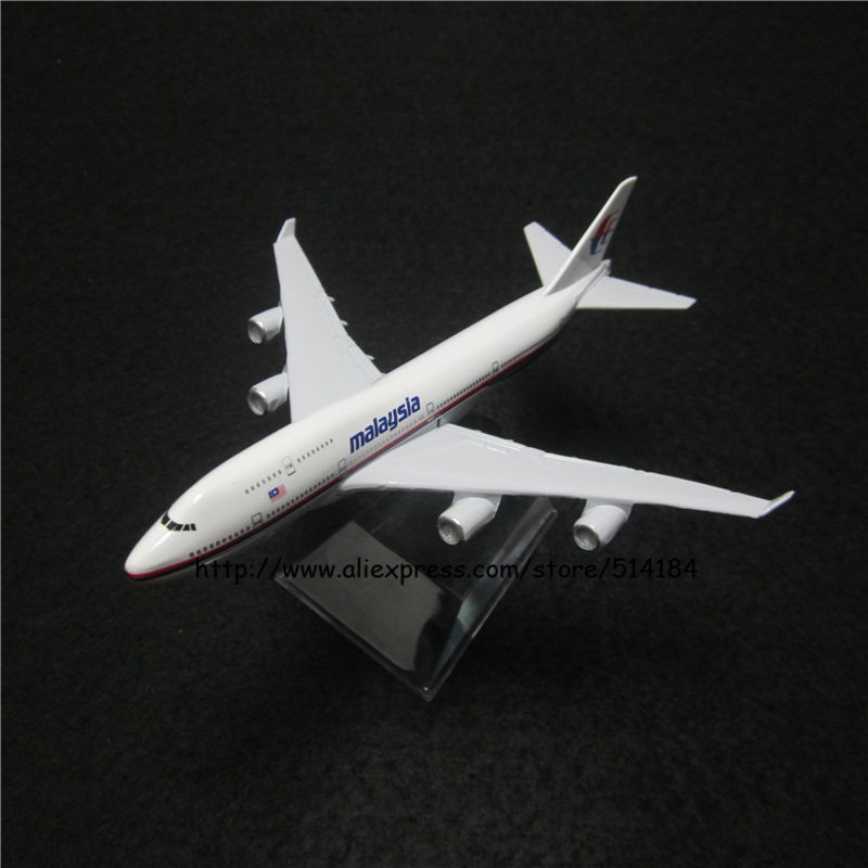 16cm Alloy Metal Air Malaysia Airlines Airplane Model Boeing 747 B747 400 Airways Plane Model w Stand Aircarft Toy Gift(China (Mainland))