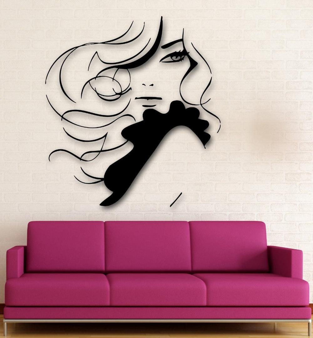 Девушка с рисунком на стене фото