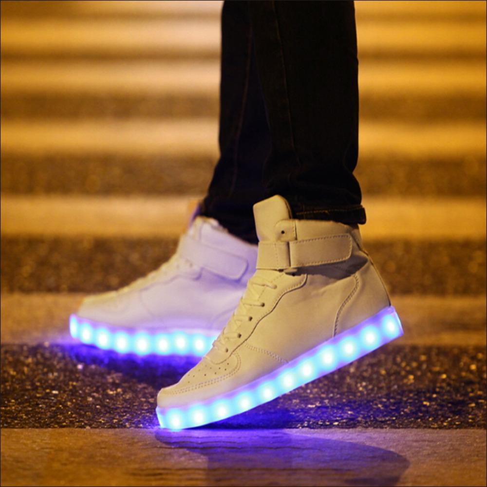 Más el tamaño 38,46 moda hombre LED zapatos negro / blanco de los altos