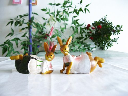 Christmas gift! Free shipping wholesale and retail handcraft painted resin table decoration one pair of dancing rabbits