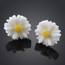 Fashion White Daisy Flower Stud Earrings Vintage Womens Cute Ear Studs Jewelry(China (Mainland))