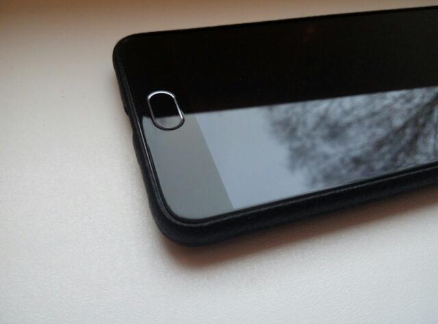 Замечательный чехол. Совершенно не утолщает телефон, в руке держать очень приятно. Выступает над экраном не более, чем на миллиметр, все отверстия совпадают. В целом выглядит очень аккуратно, определенно для меня это лучший чехол для Meizu m3 note, до этого заказывал еще три, этот понравился больше всего. В Ульяновск дошел за месяц.