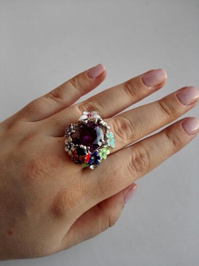 Заказывала 29 декабря, колечко пришло 24 января, плотно упаковано в пузырчатую упаковку и в коробочку. Кольцо симпатичное, большой камень вставлен хорошо, эмаль местами выходит за край цветочков, два камешка вклеены криво, в трех местах оказалось потертым, но спор открывать не буду, т.к. в целом кольцо понравилось.