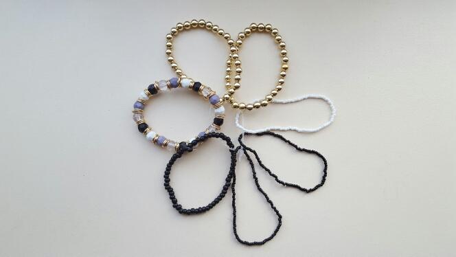 Товар пришёл через месяц. Очень мелкий, пластиковый, самые маленькие браслеты сделаны из бисера. Своих денег стоит. На худую руку.
