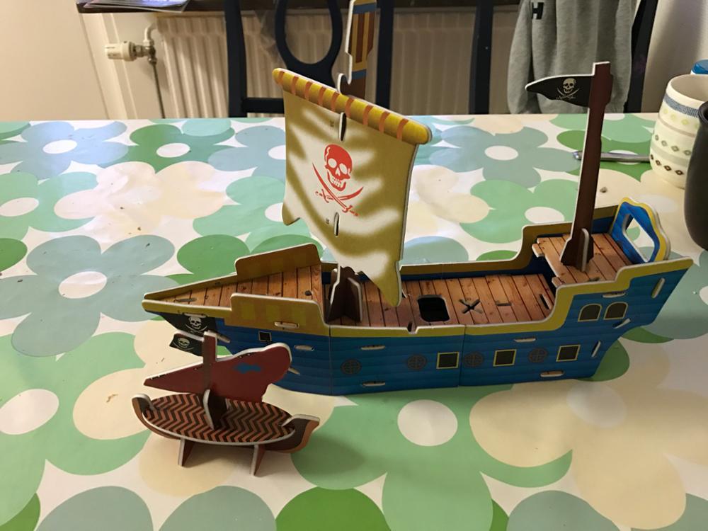 Корабль легко и быстро собирается вместе с ребенком 4х лет. Ребенок в восторге!В этот кораблик можно посадить человечков из Лего.